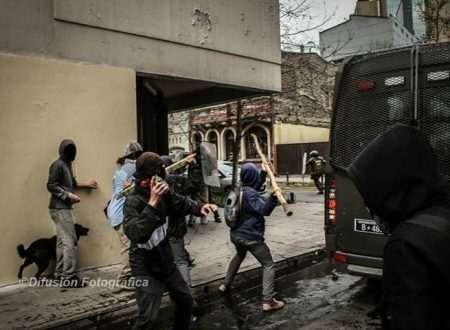 Pinerolo – Vandalismo contro i portoni del Duomo in solidarietà con gli/le occupanti di Chez Jesus e con i/le ribelli del Brennero