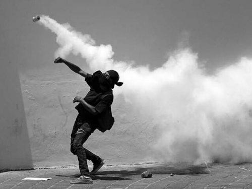 Volos (Grecia) – Attaccata una banca con molotov e pietre