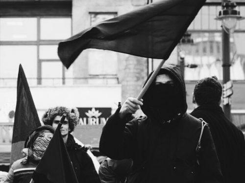 Su la testa. La svolta autoritaria di nuova forma e la repressione anti-anarchica in Italia