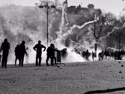 Atene [Grecia]: Attacco alla polizia – Lambros vive tra le fiamme
