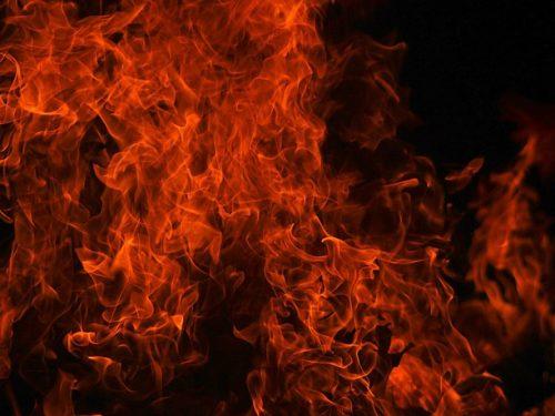 """Kiev – L'edificio del Dipartimento di Investigazione Criminale colpito da una bomba incendiaria dal gruppo """" Смельчаки""""(Temerari)"""""""