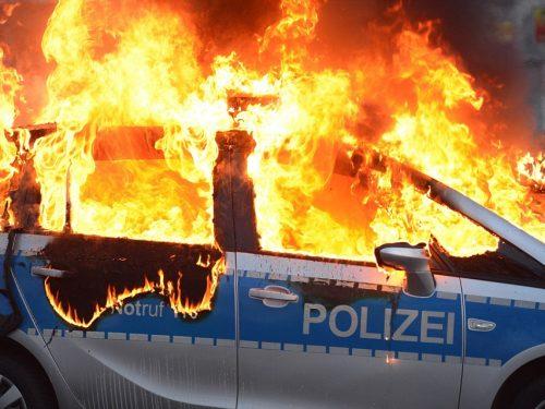 Germania – Incendiati dei veicoli della polizia municipale