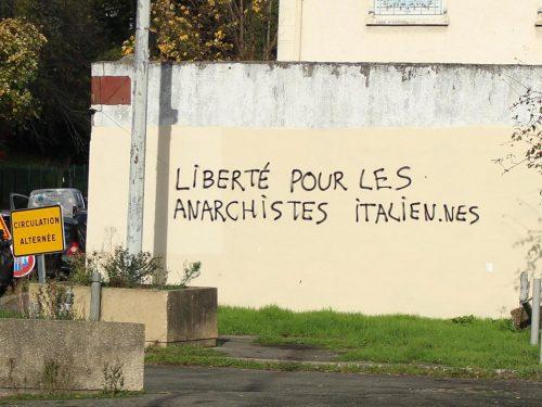 Bagnolet (Francia) – Scritte in solidarietà agli/lle anarchici/che sotto processo in Italia