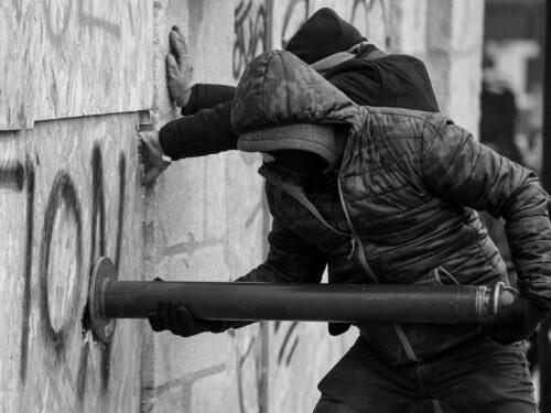 Grecia: Rivendicazione dell'attacco incendiario contro l'ufficio del Servizio Finanziario Pubblico